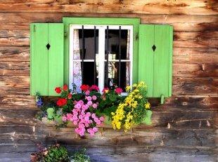 Віконниці - один з варіантів утеплення вікон, але не найпростіший і ефективний